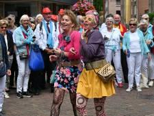 Smartlappen met een brede glimlach tijdens zonnig festival in Grave