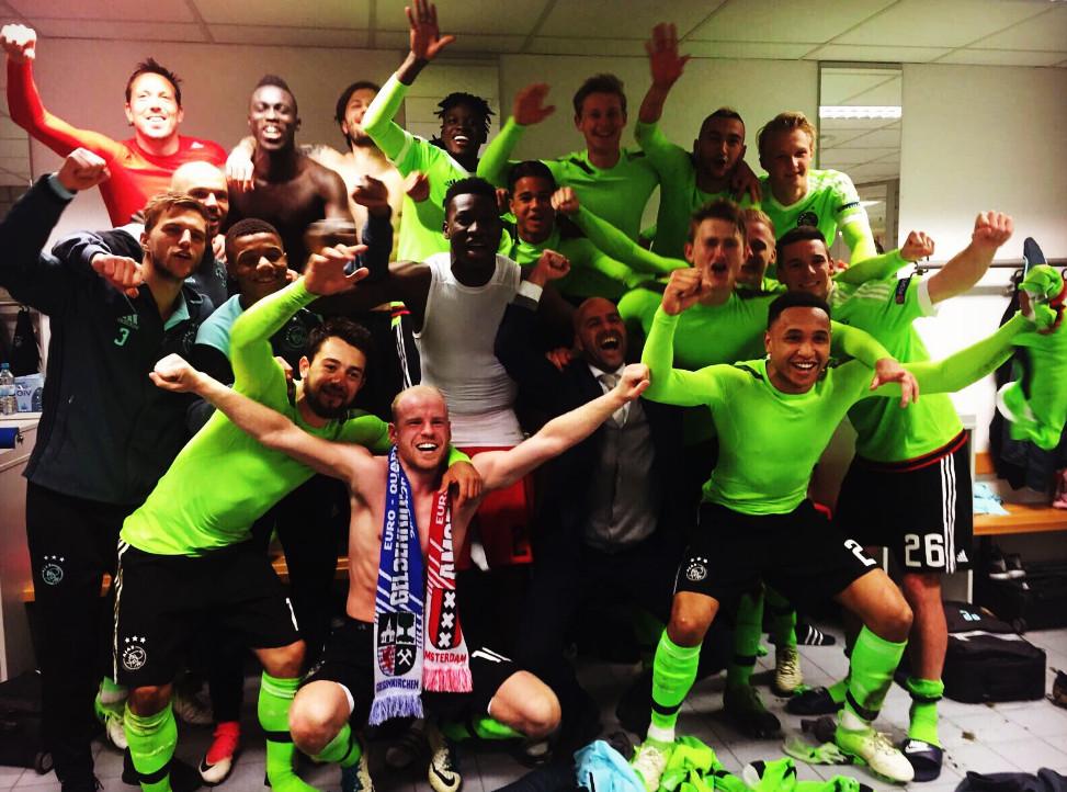Feest in de kleedkamer van Ajax.