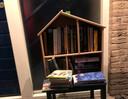 Weer verderop: een huisbieb gevuld met boeken, al is die misschien niet als 'kerstkistje' bedoeld.