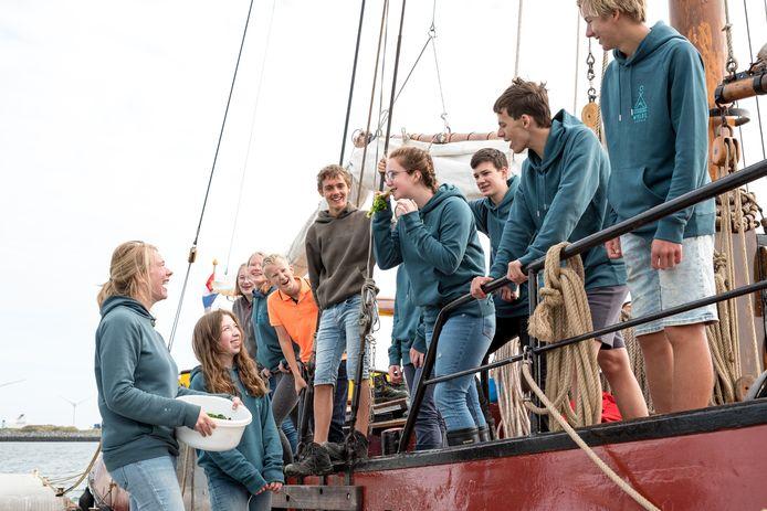 Medeoprichtster en begeleidster Merel Collenteur van 't Wylde Leren (links) reist met 12 leerlingen op de tjalk Vrijbuiter kris-kras door Nederland. Naast haar staat Nina Aleven (16) uit Kamerik en op het schip staan onder meer Jesse Evers (15) uit 's-Heer Arendskerke, Abbey Klein, Ruben Vermeule (15) uit Borssele en Aaron Smit (15) uit Heinkenszand.