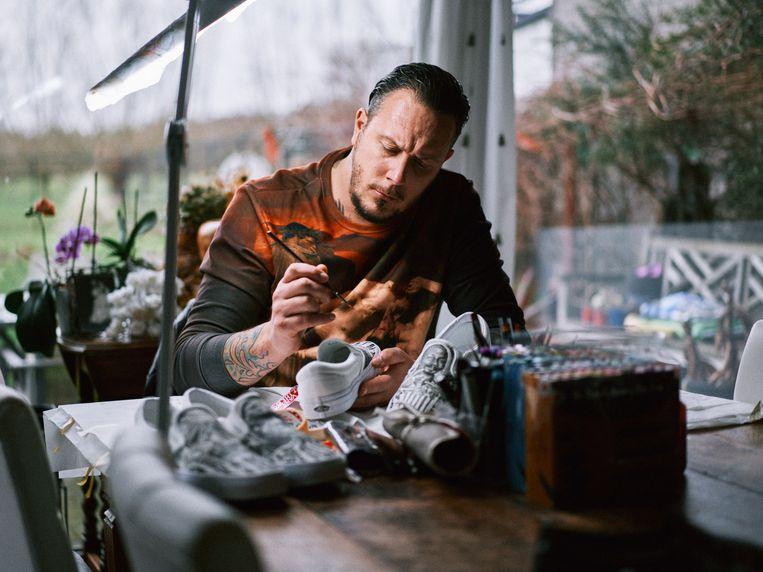 Jadran Beauprez (42) is de eigenaar van tattooshop Golden Mirror in het Oost-Vlaamse De Klinge.  Beeld Thomas Sweertvaegher
