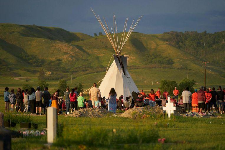 Een wake op de plek in Saskatchewan waar vorige week de graven van 750 inheemse kinderen werden ontdekt.  Beeld AFP