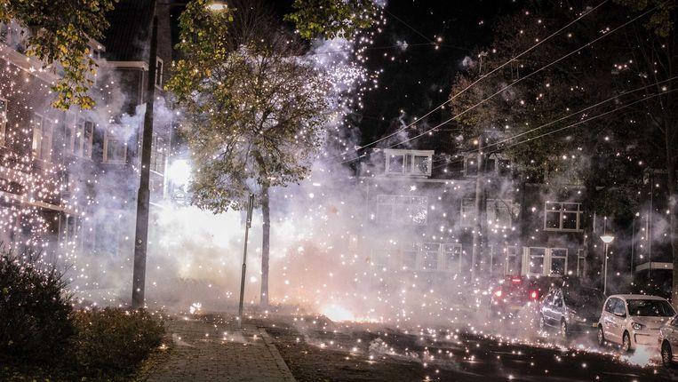Politie in de wijk Geitenkamp. Al bijna een week veroorzaken groepen voornamelijk jongeren overlast in de wijk met onder meer vuurwerk, vernielingen en brandjes. Beeld ANP