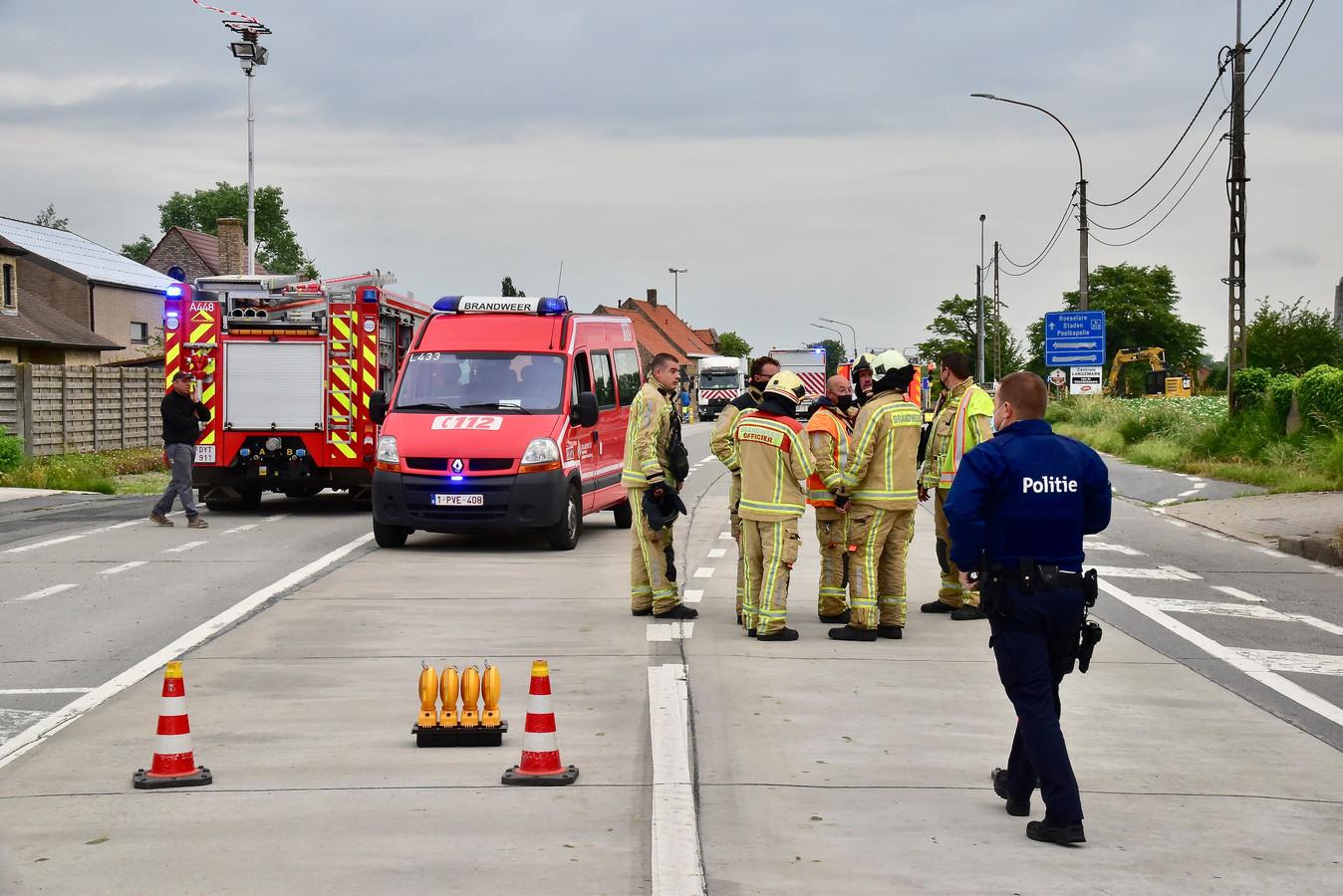 Brandweer en politie stelden een perimeter van 200 meter in na het gaslek op het kruispunt van de Brugseweg met de Zonnebeekseweg in Langemark.