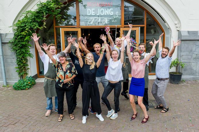 Het winnende team van Restaurant De Jong van chef Jim de Jong (linksachter): 'Ik heb nog nooit wat gewonnen!'