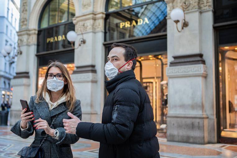 Toeristen met mondmasker in Milaan Beeld Photo News