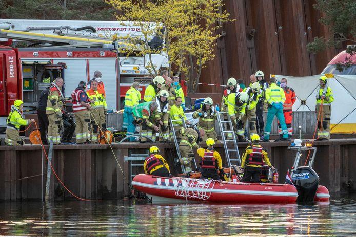 Hulpdiensten zoeken in de Maas bij Cuijk naar een persoon die in het water zou zijn gevallen.
