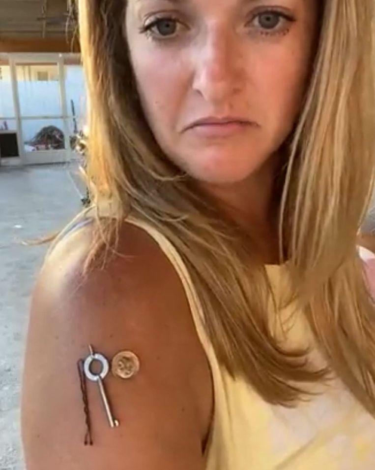 Blogger Brit Galvin demonstreert op Instagram dat ze na haar vaccinatie 'magnetisch' zou zijn geworden. Op sociale media beweren meerdere mensen iets soortgelijks. Beeld