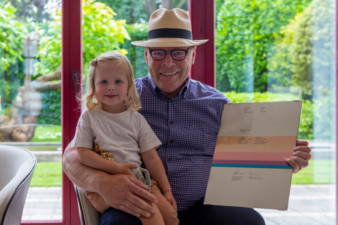 Michel Vaarten met kleindochter op de schoot: op de Olympische Spelen van 1976 in Montreal pakte hij zilver op de kilometer.