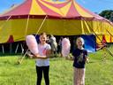 Een suikerspin hoort bij het circusbezoek