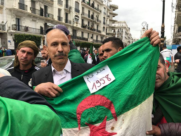 Demonstrant Rachid Sparkoud: 'Ik heb deze vlag bij me, omdat er nu een nieuwe opstand gaande is. Een nieuwe revolutie!'   Beeld Alex Tieleman