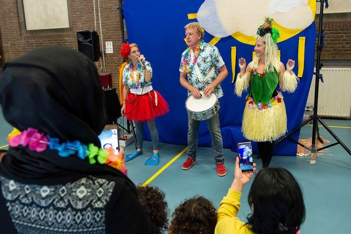 Het Wolkentheater trekt deze week langs vier AZC's in Brabant om de kinderen een zonnige middag te bezorgen.