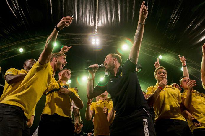 De spelers van NAC vieren bij het Rat Verlegh Stadion de promotie naar de Eredivisie.