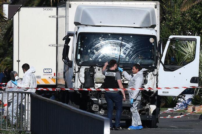 Forensische speurders bij sporenonderzoek in en rond de vrachtwagen waarmee een 31-jarige Tunesiër op 14 juli 2016 inreed op feestgangers op de promenade in Nice.