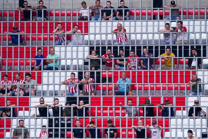 PSV-supporters moeten afstand houden tijdens PSV-Vitesse. Zo zien tribunes bij een voetbalwedstrijd er voorlopig uit in seizoen 2020-2021.