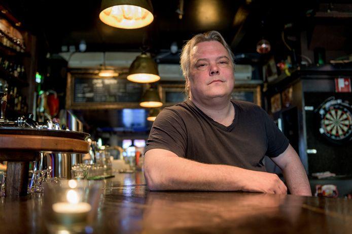 Jelle Berlijn in café Roadhouse in Hengelo. Hij heeft een film geregisseerd: Genadeloos.