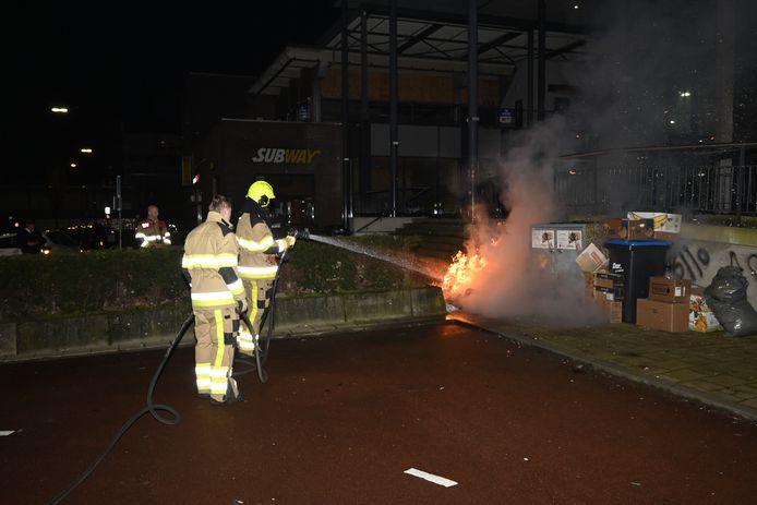De brandweer blust het oud papier in Dukenburg.