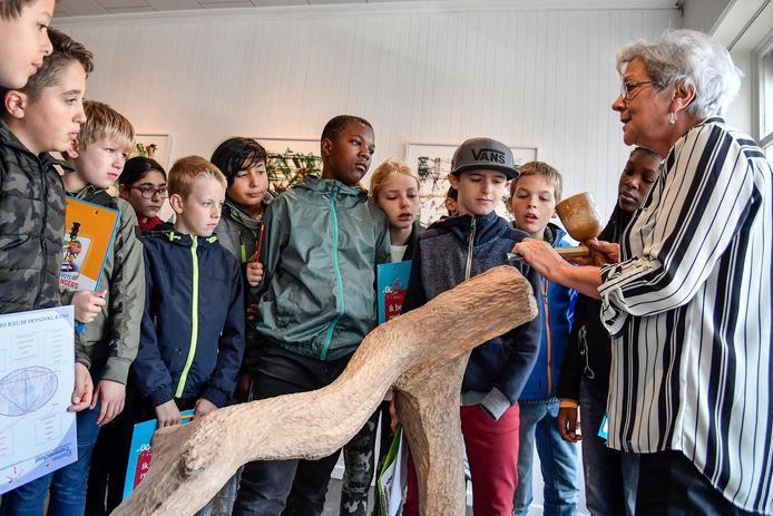 Kunstenaar Carla Heuvinck vertelt de leerlingen over een kunstwerk.