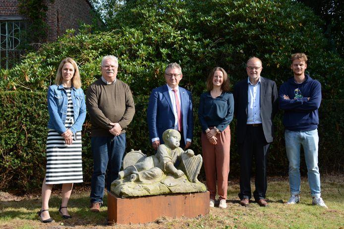 De beelden van Pieter Pepers zijn terug: Anne van Oosterwijk (Musea Brugge), Nico Blontrock en Dirk De fauw, Ellen Vandewalle en de eigenaars van het kasteeldomein Rooigem.