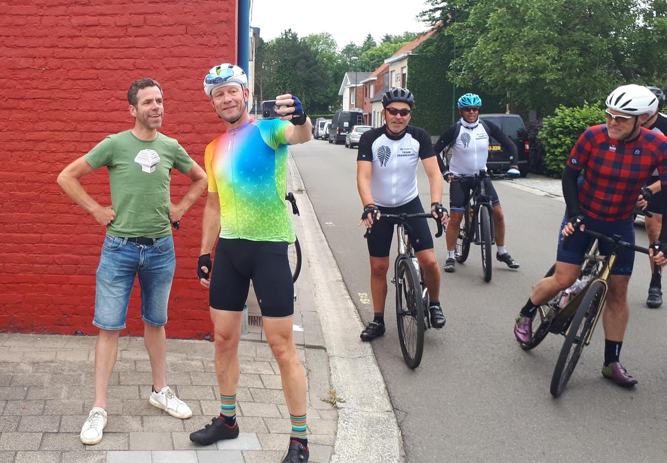 Bram Tankink (links) gaat bij het startpunt in Boekhoute op de foto met een van de deelnemers aan de Grenspalenklassieker.