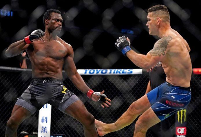Chris Weidman s'incline en tout début de combat contre Uriah Hall à l'UFC 261, après s'être fracturé le tibia.