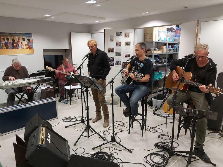 De Waanzin in volle repetitie met één van de plaatselijke artiesten: Chris Michel