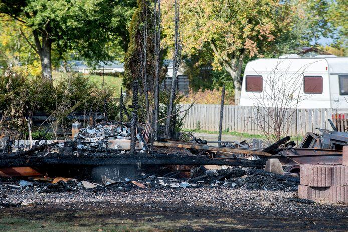 Een uitgebrand chalet op de camping in de Betuwe.