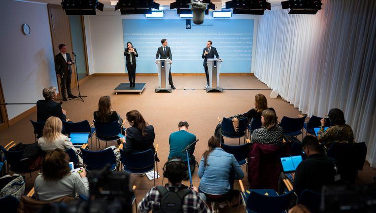 Premier Mark Rutte en Hugo de Jonge, minister van Volksgezondheid, Welzijn en Sport, tijdens de persconferentie na afloop van het overleg van het crisisteam van het kabinet over de coronacrisis.  Beeld Freek van den Bergh / de Volkskrant