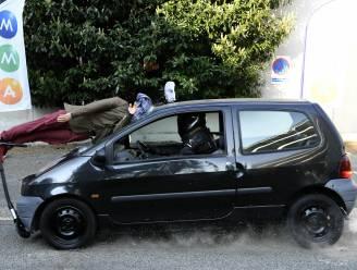 VIDEO. Huiveringwekkende crashtest: wagen rijdt met 50 km/u dummy op step aan