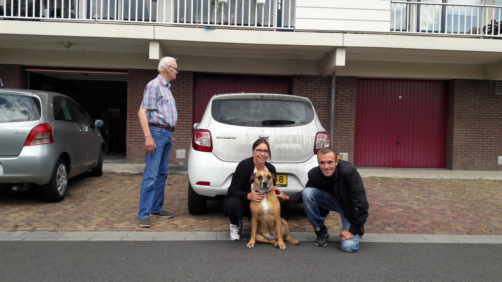 Hond Luna voorkwam aan de Mozartlaan in Zevenaar dat een hele flat afbrandde. Zijn baasjes Daniëlle van Deenen en Dick van der Voort zijn trots op het dier. Buurman Walter Albers bekijkt de schade aan zijn auto.