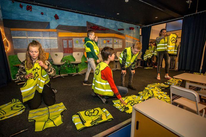 Basisschoolleerlingen van De Branink in Laren, Lochem passen de gele hesjes, zodat ze tijdens deze donkere dagen herkenbaarder zijn als ze naar school gaan.