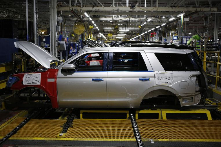 Een Ford SUV wordt geassembleerd in de Fordfabriek in Louisville, Kentucky. Deze fabriek moet dicht wegens de chipskrapte. Beeld Bloomberg via Getty Images