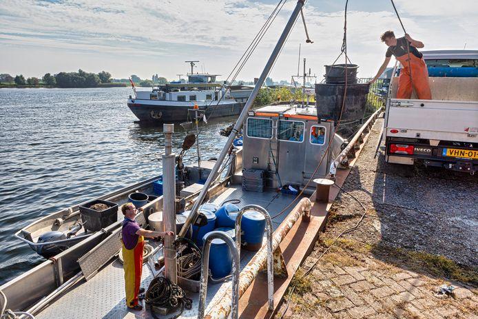 Beroepsvisser Jacob Struik en zijn zoon Jacob uit Woudrichem bereiden zich voor op het winterseizoen. Dan vissen ze in de Biesbosch op witvis.