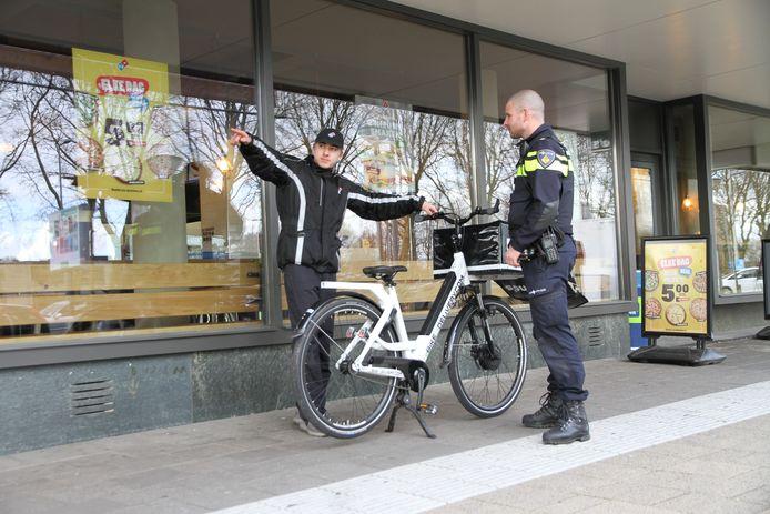 Een agent heeft een 'preventiegesprek' met de bezorger van een snackbar in de wijk IJsselmonde. ,,Contant geld op zak is niet handig. Een mobiel pinapparaatje wel.''
