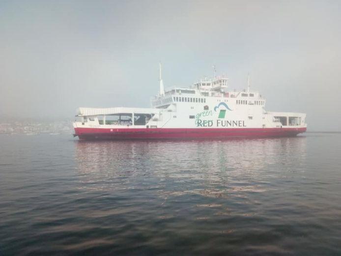 De ferry bleek tegen ten minste twee jachten te zijn gevaren.