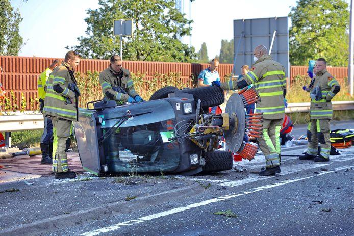 De botsing veroorzaakte flinke ravage op de weg .