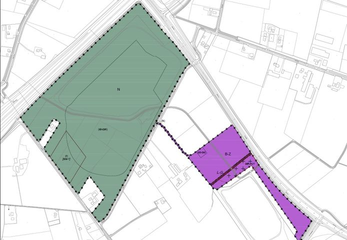 De beoogde locatie voor zandwinning in het groen en het zogenoemde werkterrein mét de aan- en afvoerroute in het paars. De grote weg linksboven is de A18.