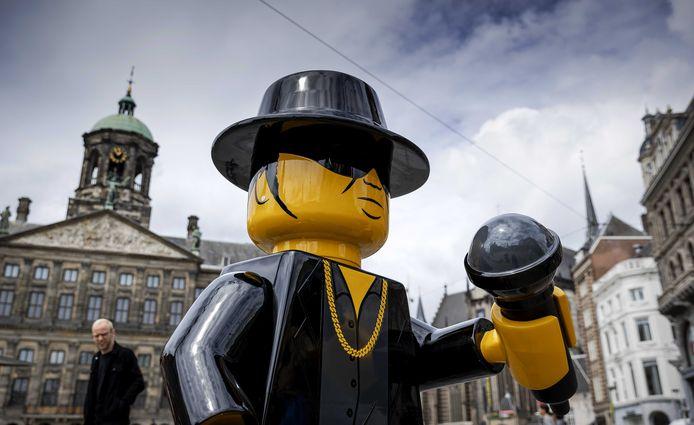Ter ere van André Hazes, die 69 jaar zou zijn geworden, werd vorige week een levensgrote Lego-versie van de zanger op de Dam geplaatst.
