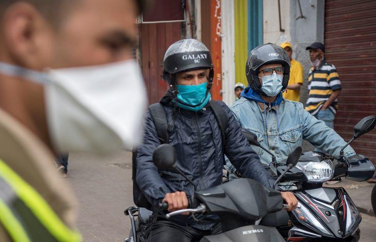 De Marokkaanse autoriteiten bij een wegblokkade in Casablanca. Beeld AFP