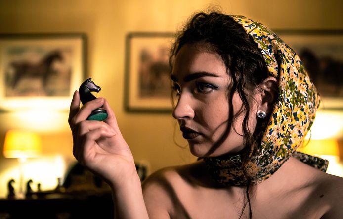 Jasmijn uit Eindhoven liet zich bij het maken van haar nieuwe videoclip inspireren door de schaaksport en tv-serie 'The Queen's Gambit'.