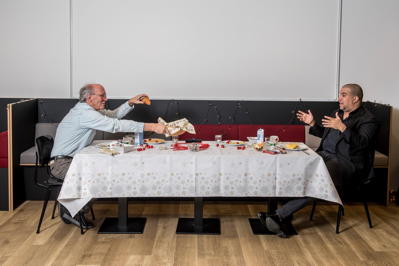 Bert Mulder ( Red Team, links) aan de ontbijttafel met horecabaas Khalid Oubaha.