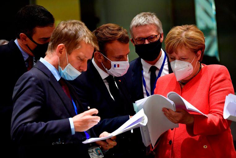 De Franse president Macron (midden) en de Duitse bondskanselier spreken tijdens een EU-top in juli. Beeld AP