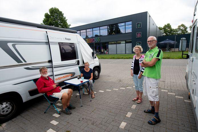 Geert Gerrits (links), Abel Gelling en hun partners zijn boos op de gemeente Apeldoorn: ze mogen niet meer op de camperplaats bij Zero55 staan.