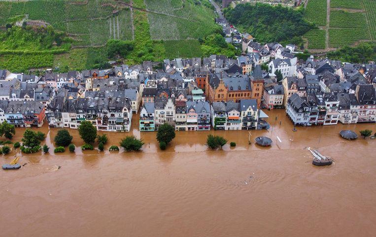Het Duitse stadje Zell staat onder water na de recente overstromingen. 'We zien grotere extremen dan verwacht', klinkt het in het rapport.  Beeld Sebastian Schmitt/dpa