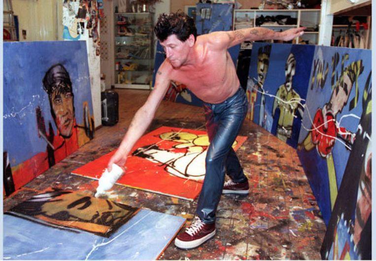 Herman Brood in zijn atelier aan de Spuistraat in 1997. Klaas-Jan huntelaar opent vrijdag een tentoonstelling van Herman Brood in Amstelveen. Foto ANP/Herman Pieterse Beeld