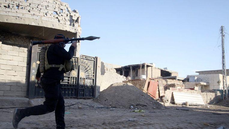 Soldaat van het Iraakse leger vecht tegen IS in Ramadi. Beeld epa