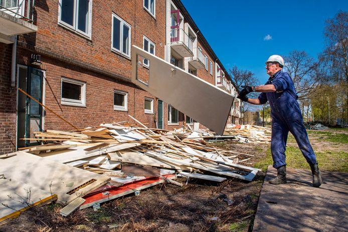 Werklieden halen de portiekflats in de wijk Kruiskamp die op de nominatie staan om gesloopt te worden leeg.