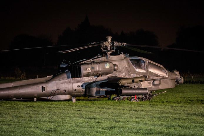 Een Apache-helikopter van Defensie is tijdens een oefening tegen een hoogspanningskabel gevlogen.
