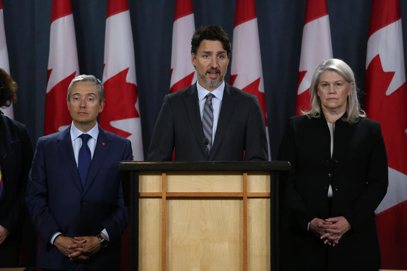 De Canadese minister van Buitenlandse Zaken François-Philippe Champagne (links) en plaatsvervangend minister van Defensie Jody Thomas (rechts) luisteren naar premier Justin Trudeau.