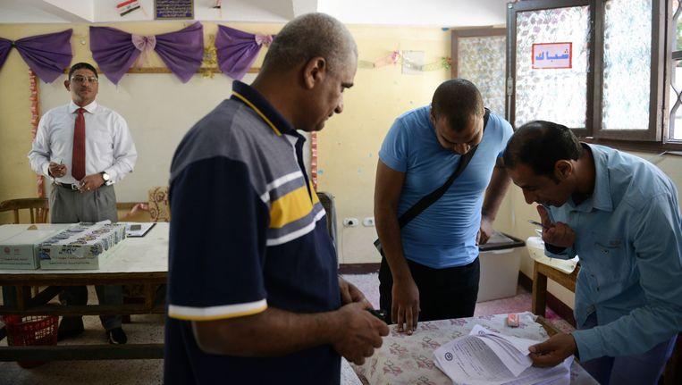 Een Egyptische kiezer aan het stembureau. Beeld GETTY